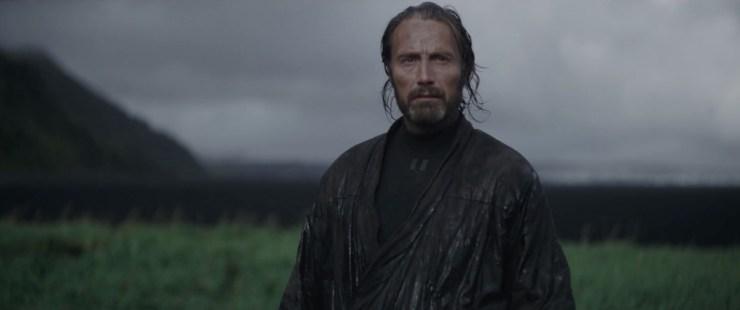 Galen lijkt Jyn voor de Imperials verstopt te hebben. Hij wil haar kosten wat kost beschermen tegen wat er komen gaat.
