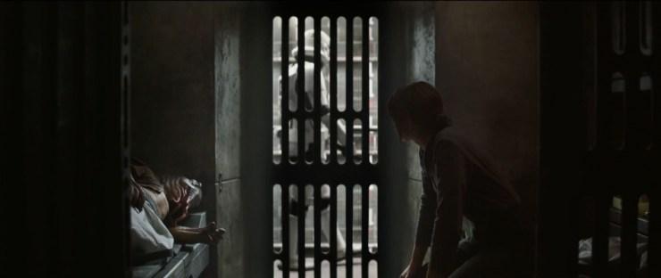 In het heden zien we Jyn opgesloten in een Imperial gevangenis. Ze deelt een cel met een alien, terwijl Stormtroopers de zaak goed in de gaten houden.