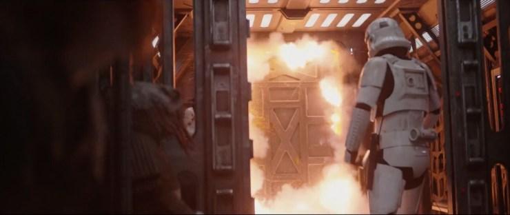 Terug naar de gevangenis waar een deur, samen met wat stormtroopers, opgeblazen wordt.