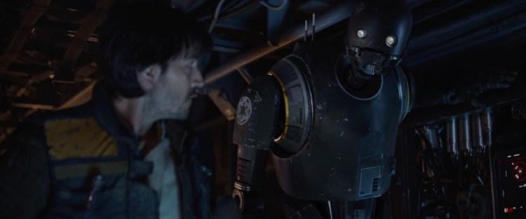 """K-2 licht de overige crew in dat er gevraagd wordt naar een callsign voor de groep/hun voertuig. Bodhi komt vervolgens naar voren met de naam """"Rogue One""""."""
