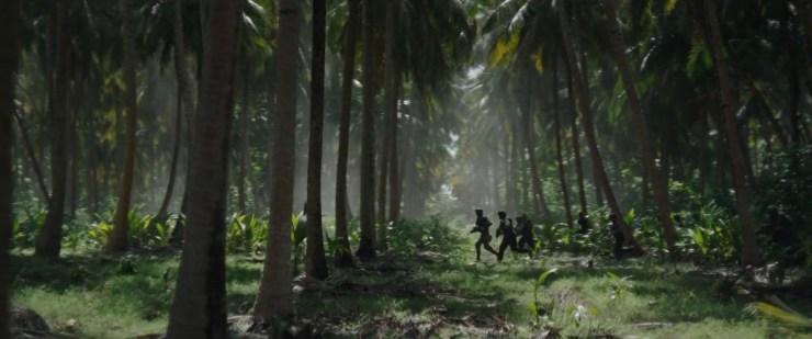 Vervolgens zien we een groep rebellen door de bossen op Scarif rennen.