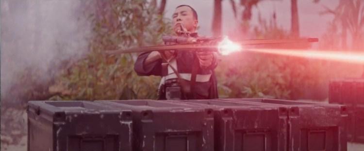 Vervolgens demonstreert Chirrut nog even dat het helemaal niet nodig is om te kunnen zien als je vuurwapens wil gebruiken. Go Chirrut!