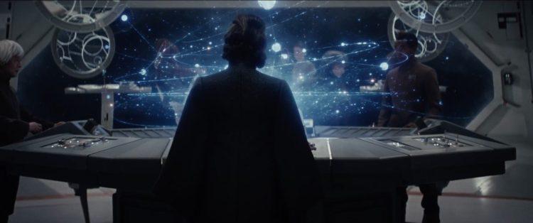 """Luke vraagt Rey wat ze ziet, vervolgens zien we een shot van General Leia die een sterrenkaart bestudeerd in een Resistance basis of schip. Terwijl we dit shot zien horen we Rey """"Light"""" antwoorden."""