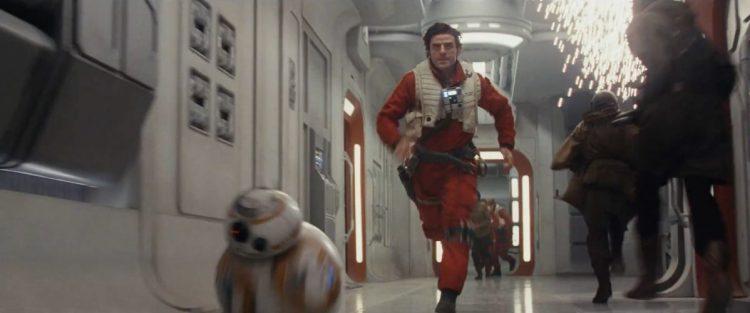 Hier zien we Poe en BB-8 door de gangen van een schip rennen dat blijkbaar aangevallen wordt.