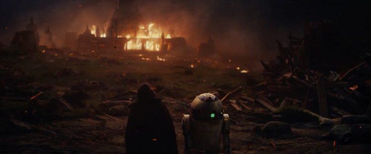 Hier zien we wat lijkt op dezelfde scene als die Rey in haar visioen zag in The Force Awakens. Eerder zagen we Luke naast R2 zitten en zijn hand op het hoofd van de droid leggen terwijl er allemaal embers van een groot vuur om ze heen dwarrelde. Hier zien we een grote ravage en een gebouw in brand staan. Was dit een Jedi Tempel, of de academy van Luke?