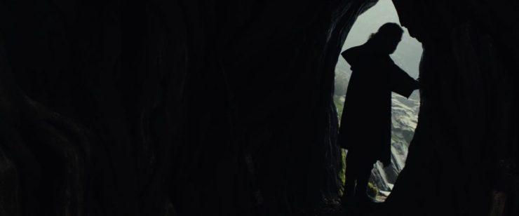"""En hier zien we een shot van Luke in de opening van een grot op Ahch-To terwijl hij in de voice over de woorden spreekt die bij ons allen zullen blijven hangen """"It's time for the Jedi to end"""". The Last Jedi, Luke wil een einde aan de order en filosofie maken. Wil hij er helemaal mee stoppen, of wil hij iets heel nieuws neerzetten, met andere regels en doelen?"""
