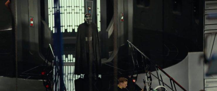 Hier hebben we een Kylo Ren shot waar cosplayers blij mee zullen zijn. De nieuwe mantel/cape van Kylo. Hij draagt nog steeds zijn oude helm, of in ieder geval hetzelfde model helm aangezien hij zijn oude op Starkiller Base achtergelaten heeft. Maar de cape is volledig nieuw voor ons en doet denken aan de kleding van zijn grootvader, Darth Vader.