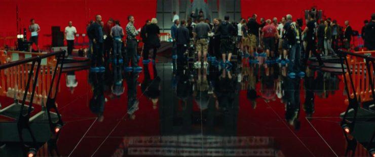De crew en acteurs op een First Order set, dit lijkt meer op een basis dan een schip, hoewel me maar weinig zien natuurlijk. Het is wel leuk om te zien dat iedereen blauwe sokjes over de schoenen draagt zodat de vloer mooi blijft glimmen. De persoon in het midden heeft de memo niet gekregen zo te zien, die loopt lekker met zijn witte sneakers over de pas gepoetste vloer.