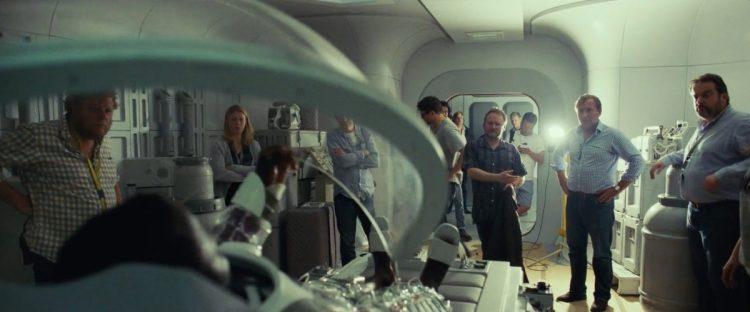 """Een scene in een medische ruimte in de Resistance Base. We zien Finn hier in zijn """"Bacta Suit"""" (met bijpassende slippers). In dit pak en deze cabine zal hij herstellen van de verwondingen die hij opliep tijdens zijn gevecht met Kylo Ren op Starkiller Base."""