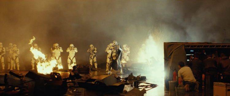 Captain Phasma en een groep Stormtroopers in actie.