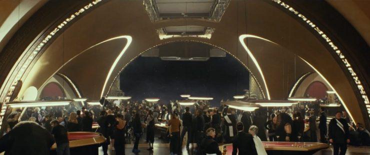 Een mooi overzichtsplaatje van het casino op Canto Bight. Deze foto geeft mooi weer hoe groot de set is en hoe ontzettend veel figuranten en acteurs er in de scene spelen.