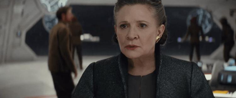 We zien Leia bezorgd kijken terwijl Kylo in de Voice over door gaat op zijn eerdere punt, dat je het verleden indien nodig zelf moet doden, om te kunnen worden wat je moet worden.