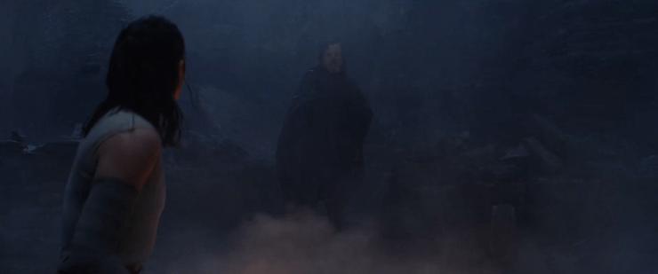 Vervolgens zien we Rey in het water duiken en er weer uit klimmen, dit shot waar ze tegenover Luke staat lijkt hier echter niet achter te horen, daar is haar kleding te droog voor.