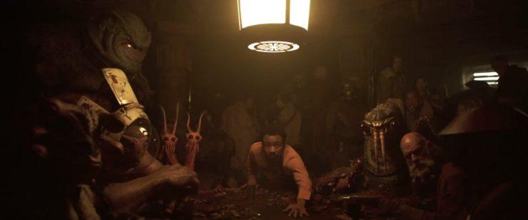 Het shot gaat over naar Lando aan de Sabacc tafel en Han die vraagt of hij een potje mee mag doen, terwijl de vraag van Qi'Ra door gaat of hij opzoek is naar geld.