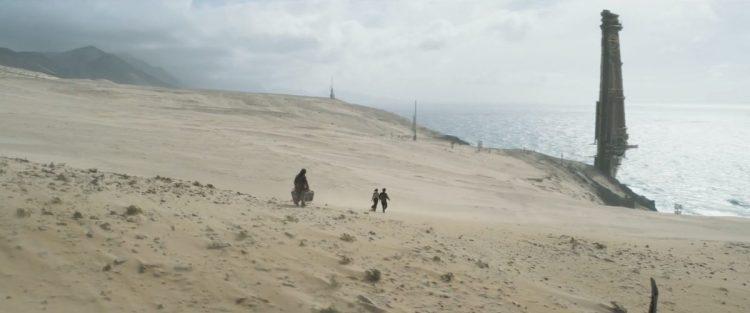 En hier weer een shot dat we gedeeltelijk in de vorige trailer zagen, enkel zien we nu Han, Qi'Ra en Chewie over de zandvlakte naar het gebouw in de verte lopen, waarbij de arme Chewie als pakezel gebruikt wordt.