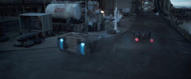 Door naar wat shots van de speeder die we Han in de vorige trailer ook door de straten van een stad zagen besturen, opvallend is hier wel dat de shots afwisselen tussen momenten waar Qi'Ra wel en niet naast Han in de speeder zit.