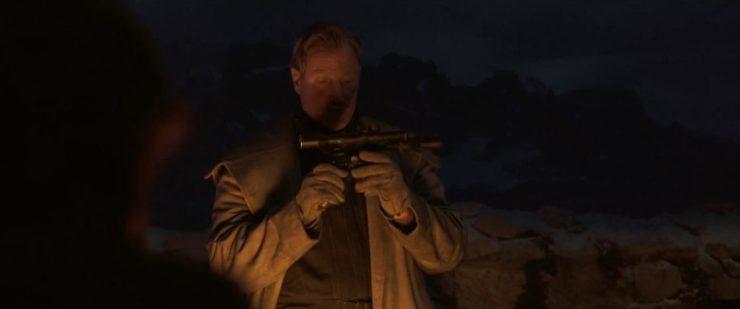 Hier zien we Han, Beckett en de crew rond een kampvuur waar Han hen vertelt dat hij lang op een kans als deze gewacht heeft. Beckett inspecteert ondertussen Han's DL-44 blaster.