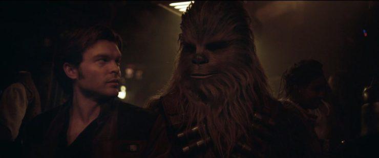 In dit shot zijn we terug in de ruimte waar Han en Lando elkaar ontmoeten en vraagt Han naar Chewies mening over iets. Het lijkt er op dat Chewie niet helemaal overtuigd is van Lando.