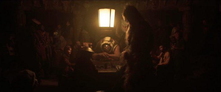 En dan een shot waar we al zo lang op wachten, Han en Lando, tegenover elkaar aan een Sabacc tafel.