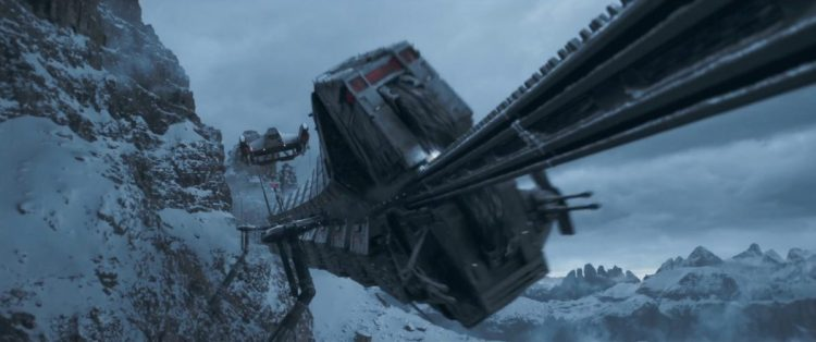 Hier zien we een schip boven de trein vliegen, dit schip zagen we in de vorige trailer een container dragen, de opdracht die het team voor de gangster uitvoert lijkt dus het stelen van een van de treinwagons. Welke Han vervolgens wel tegen een berg laat exploderen… ik ben benieuwd of dat onderdeel van het plan was.