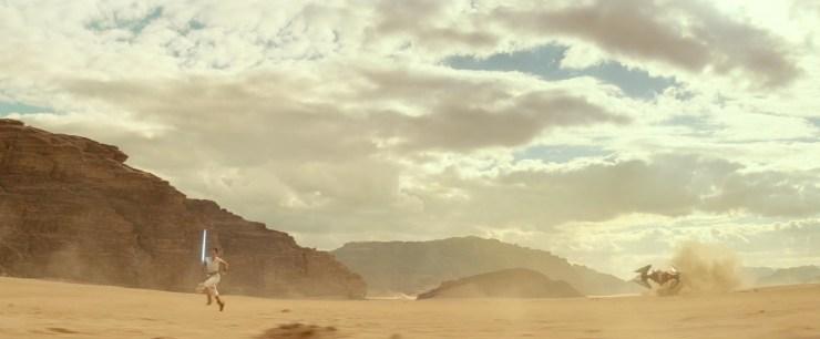 Dan nog een prachtig wijd shot van de woestijn waar Rey met een noodgang voor de aanstormende TIE uit rent.
