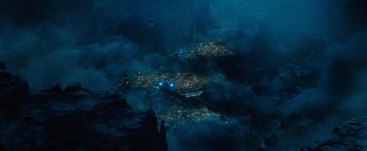 Vervolgens kunnen we even op adem komen met een shot van een schip dat richting een stad bovenop een berg, gehuld in wolken, vliegt.