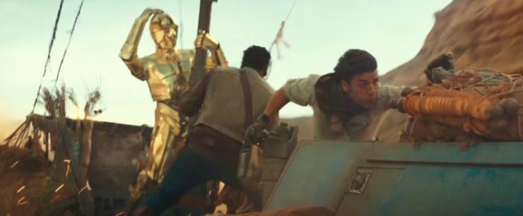 Dit lijkt dezelfde speeder te zijn en deze keer zien we de bemanning, Poe, Finn en C-3PO. En geen van allen lijkt blij met hun huidige situatie. Poe staat aan het roer en Finn en 3PO doen hun uiterste best om niet overboord te slaan.