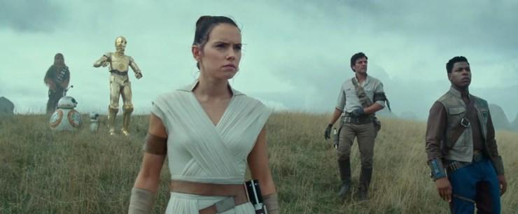 Dan naderen we het einde van de trailer. We zien onze helden op een grasvlakte staan en voor zich uit staren. Ze zijn duidelijk onder de indruk van wat ze zien.