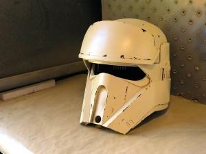 De beschadigingen geven de helm karakter.