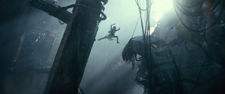… waarna het shot overgaat naar Rey die in de ingewanden van de kapotte Death Star van een pilaar naar een uitstekend stuk springt. We horen Finn verder zeggen dat het een gevoel is.