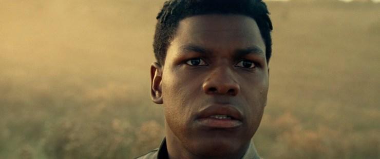 Het eerste shot van Finn die door een paar quadnoculars kijkt terwijl zijn voice over zegt dat de Force ze samengebracht heeft.