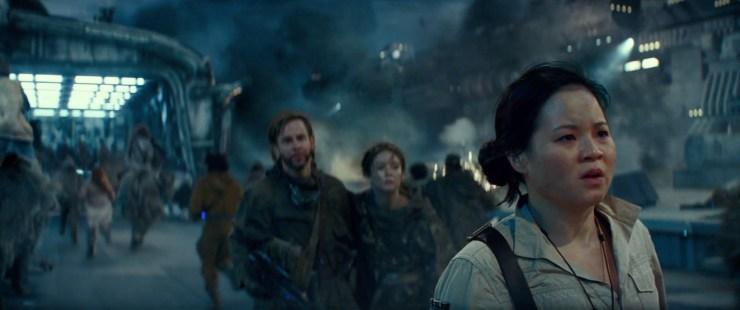 Poe gaat door dat goede personen zullen vechten als z hun lijden. Ondertussen zien we een hoop wezens, al dan niet op de rug van een Orbak, door een hangar rennen terwijl de camera zich focussed op Rose, Kaydel Ko Connix en het personage van Dominic Monaghan.