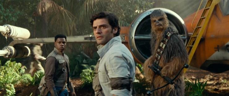 Dan gaan we over naar Finn, Poe en Chewie die zich voor Poe's nieuwe X-wing omdraaien terwijl er wat rebellen troopers op de achtergrond langs rennen.