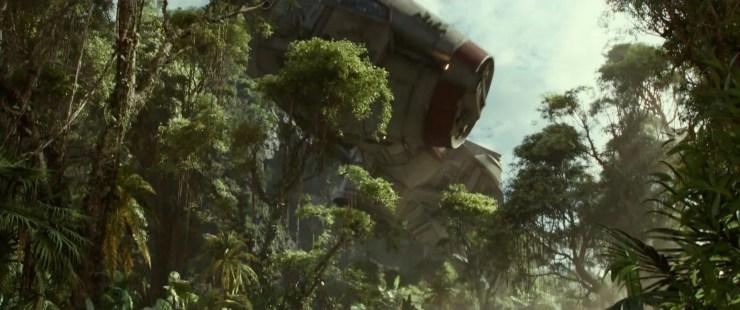 En dan een adembenemend shot van een CR90 corvette die over de boomtoppen scheert.