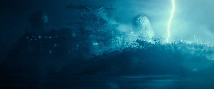 Gevolgd door een prachtig shot van een Imperial Star Destroyer die uit het water omhoog komt met wat sfeer gevende bliksemschichten op de achtergrond.