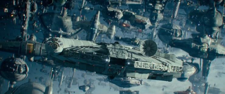 Oh en de Falcon komt met een nieuwe ronde schotelantenne ook even in beeld. Met wat lijkt als Chewie en Lando achter de knoppen.