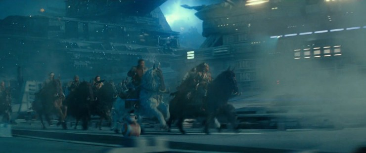 Dan worden we getrakteerd op een indrukwekkend shot waar we Jannah en Finn samen met een grote groep strijders per Orbak over een Star Destroyer zien galopperen! Terwijl BB-8 zijn best doet om ze bij te houden.
