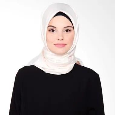 Beyola Satin Velvet Hijab Segiempat - Creamy