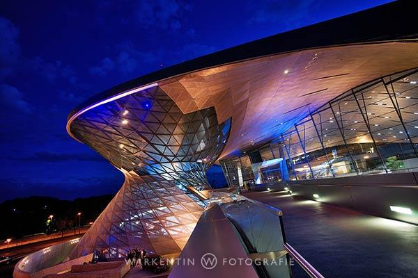 Brilliante Nachtaufnahmen wie hier von der BMW-Welt in München gelingen mit Stativ problemlos. (Foto: Karl H. Warkentin)