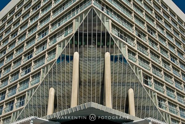 Man erhält eine exakt symmetrische Komposition mit einem Stativ viel leichter und besser, hier von der Fassade des Sheraton Creek Hotel in Dubai. (Foto: Karl H. Warkentin)