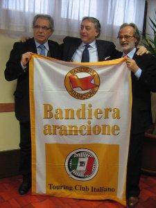 BandieraArancioneOrsara (da sinistra: il sindaco di Orsara Mario Simonelli, il vicesindaco di Alberona Leonardo De Matthaeis e il sindaco di Pietramontecorvino Rino Lamarucciola)