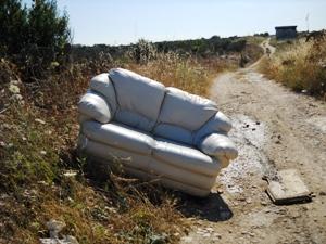 Un divano abbandonato in località Pariti (image M.P. Telera)