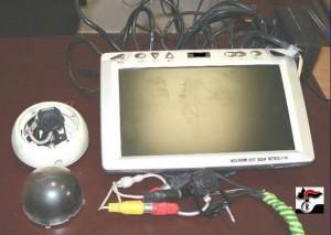 Le due microcamere e il monitor sequestrati