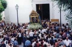 2001. Festa Madonna del Carmine. Uscita del Sacro Quadro portato a spalla dagli edili