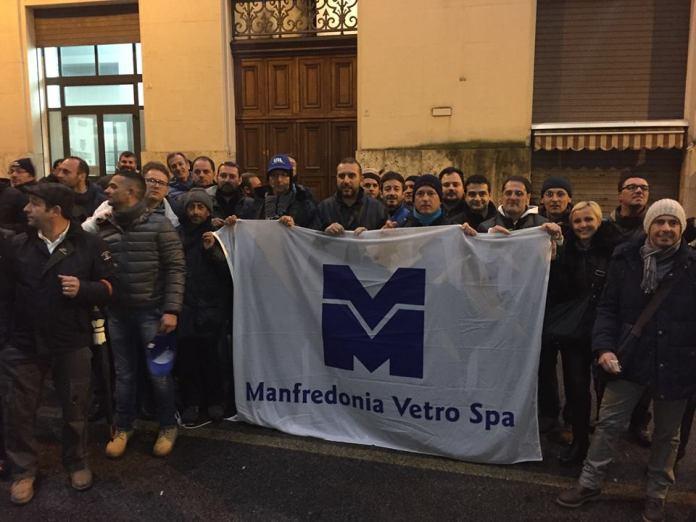 IMMAGINE D'ARCHIVIO - 08.01.2015 - Lavoratori Manfredonia Vetro fuori il MISE a Roma, dopo l'incontro del 07.01.2015 (ph: Comune Manfredonia - IMMAGINE D'ARCHIVIO)