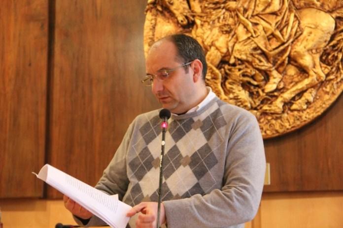 Il sindaco di Manfredonia Angelo Riccardi durante una passata conferenza stampa correlata alla gestione passata e futura del Mercato ittico di Manfredonia (ph: antonio troiano)