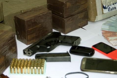 Droga e armi sequestrate (ph: MAIZZI)