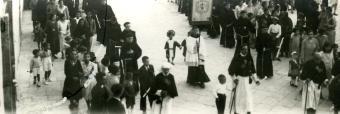 Anni '20. Processione di S.Antonio da Padova. In primo piano due bambini con costumi da Santi Medici