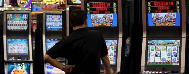 Un uomo gioca con una slot machine in una foto di archivio. ANSA/YM YIK .