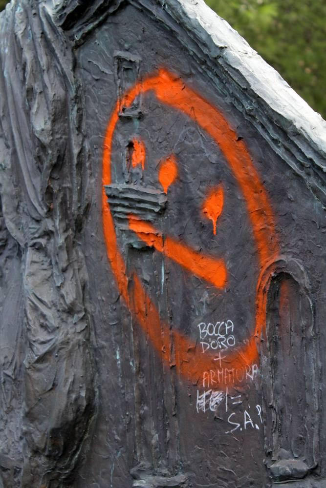 Foggia, Piazza padre pio imbrattata dai vandali (ph enzo maizzi)